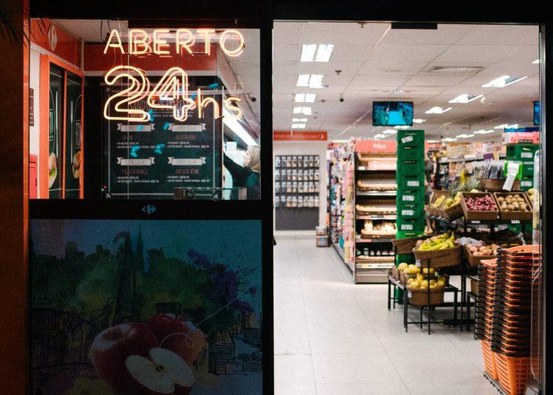 コンビニエンスストアを連想させる店舗の写真