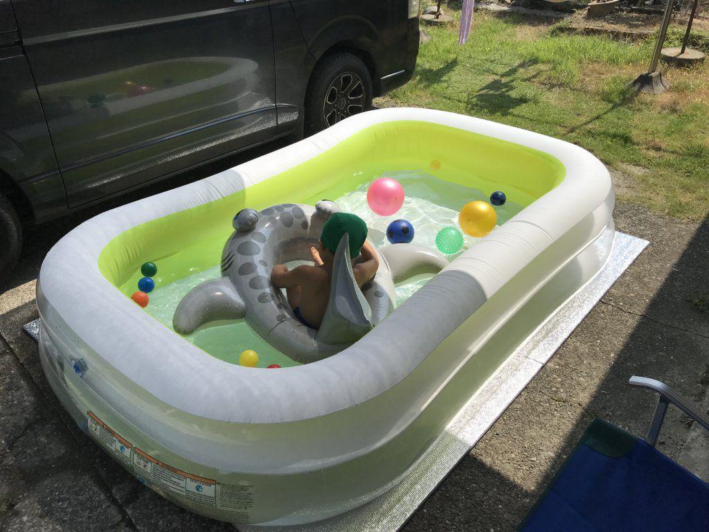 サンシェードの取り付け後にプールで遊ぶ様子