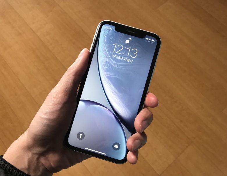iPhoneXRを片手で持った画像