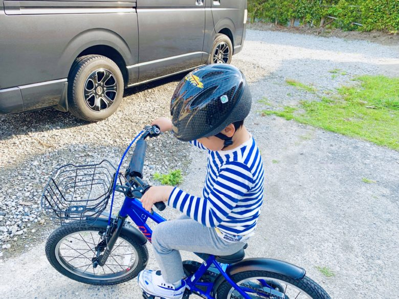 ヘルメットをかぶって自転車にのる子ども