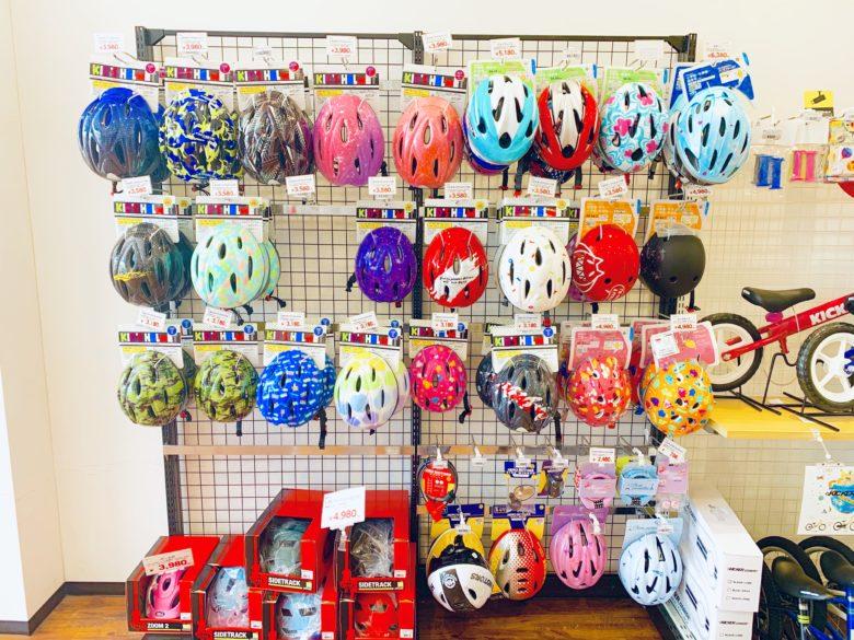 お店にヘルメットが並んでいる様子