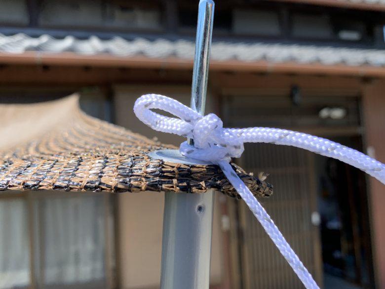 タープポールをロープで設置している様子