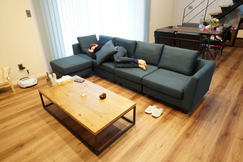 LOWYAのカウチソファに寝転ぶ女性