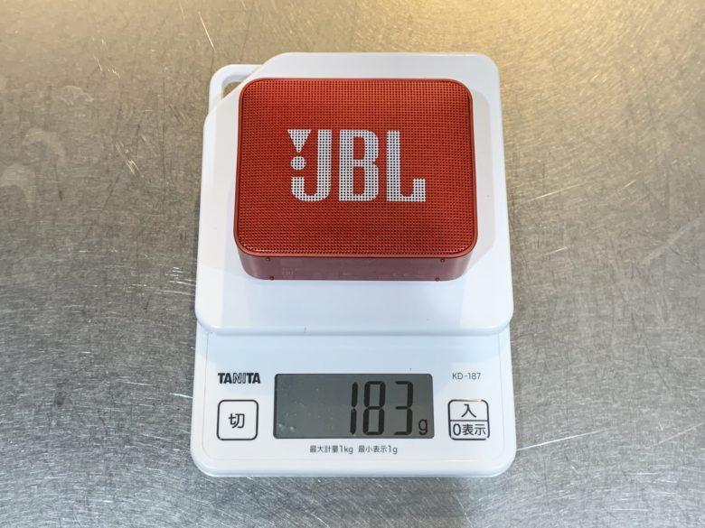 JBL GO2 デジタルスケールで重さを量る様子