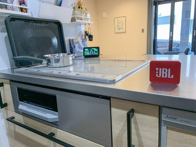 JBL GO2 レッドをキッチンで使用する写真
