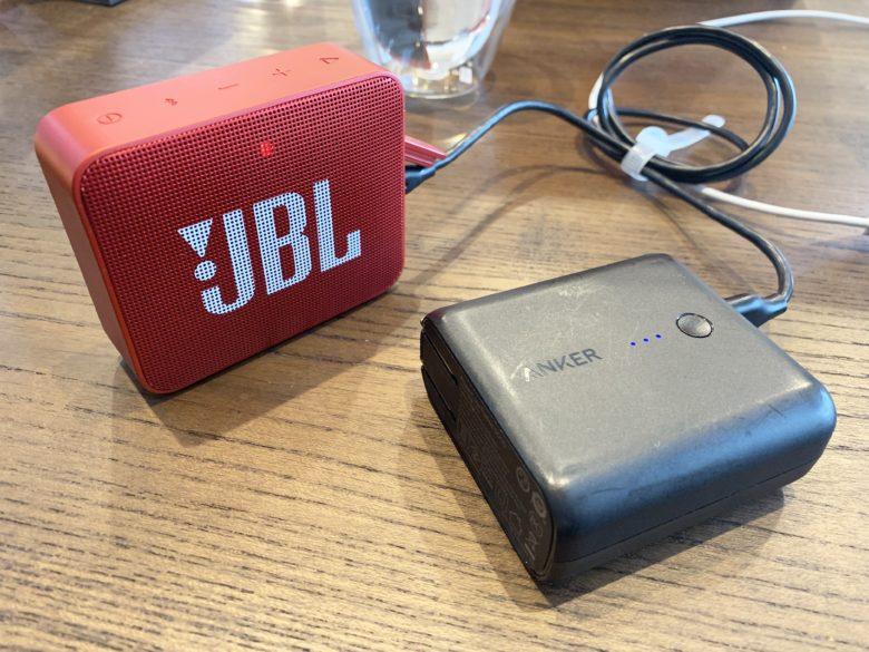 JBL GO2を充電しながら使っている様子
