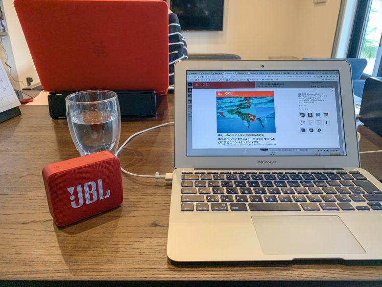 JBL GO2 レッドをダイニングテーブルで使用する写真