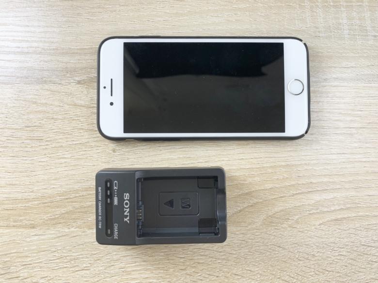 バッテリーチャージャー【BC-TRW】とiPhone7の大きさを比較