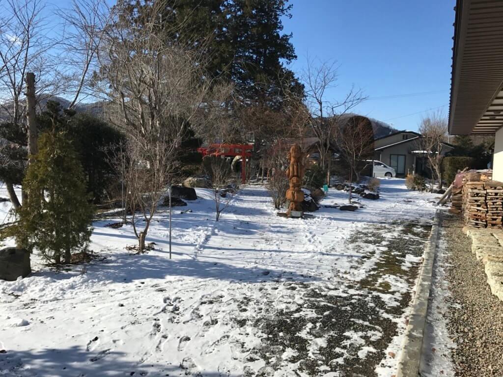 亀麿神社へ続く神社参拝口をでると雪景色